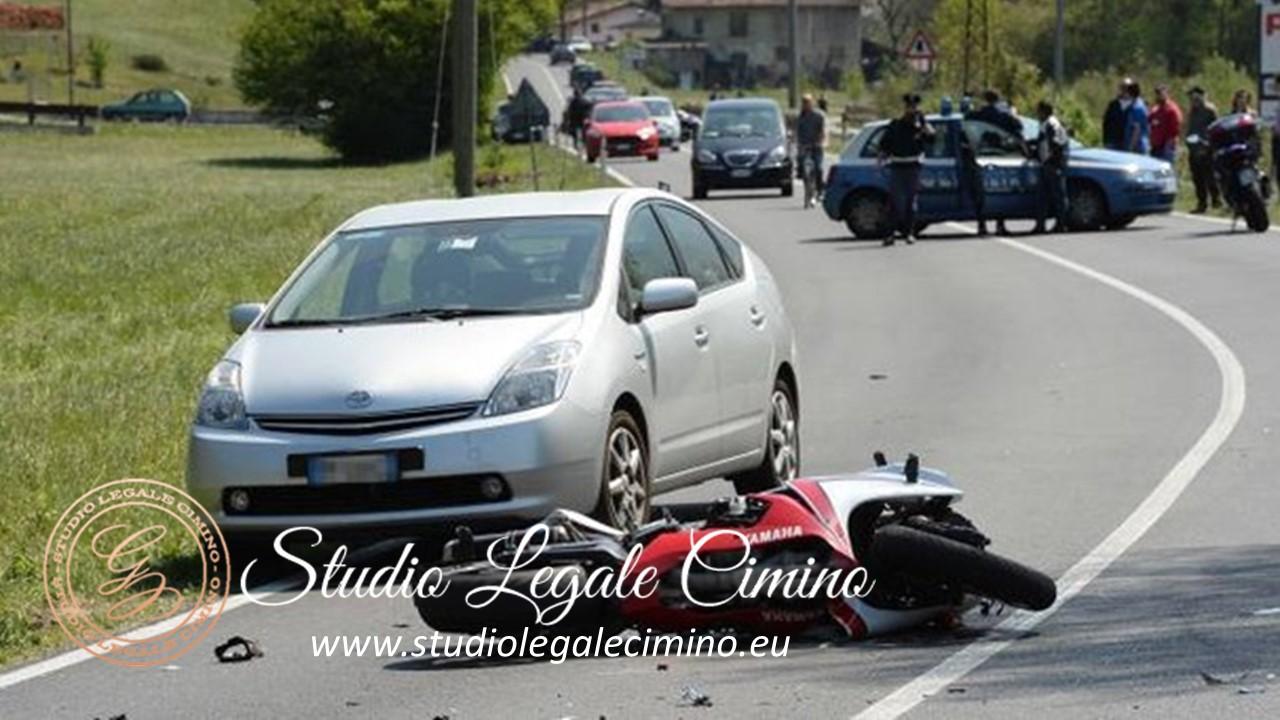 motociclista corresponsabile per sorpasso